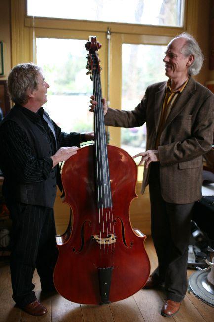 Jaap Bolink met een nieuw geboude cello